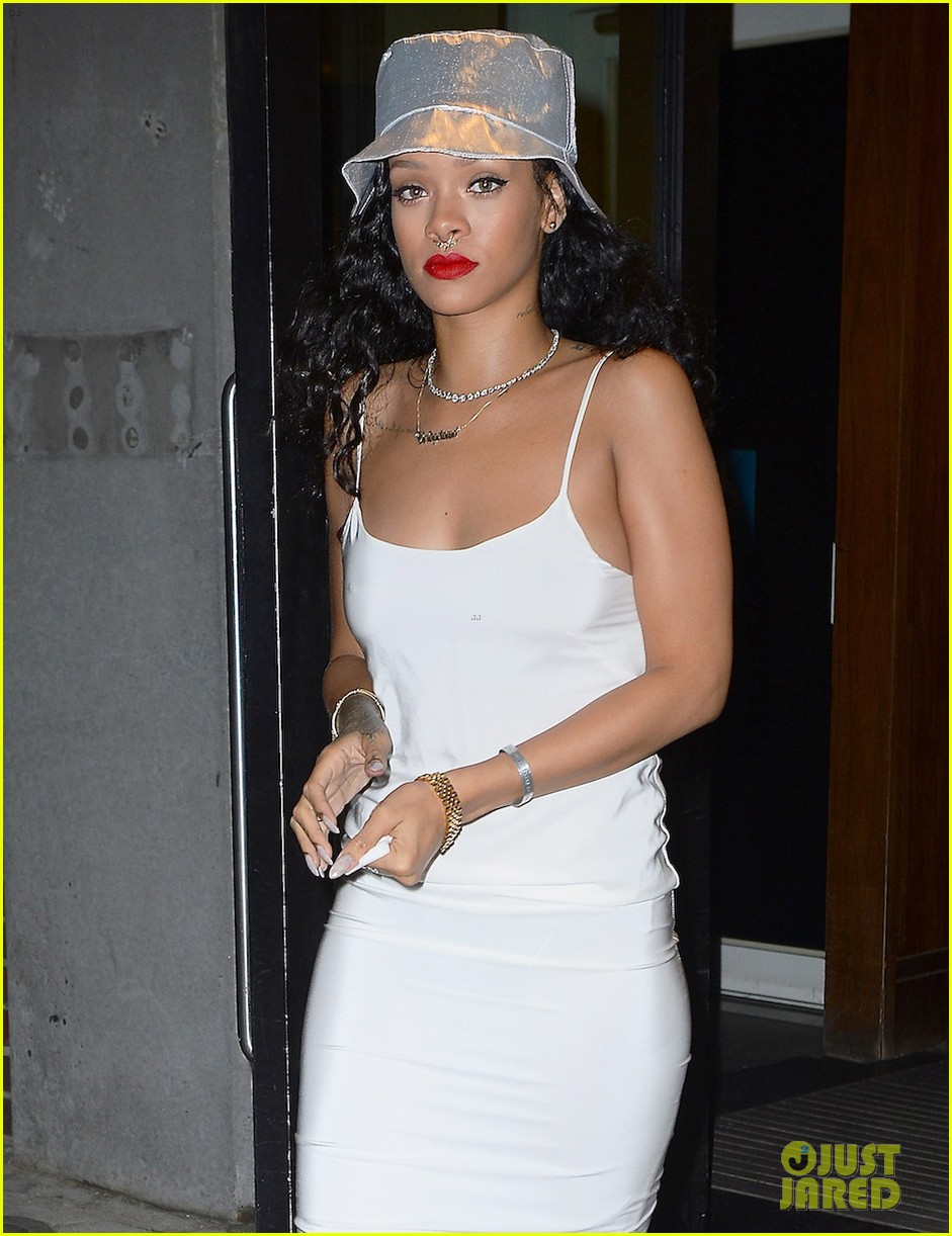 rihanna rocks new nose piercing for brothers party at vip room 04