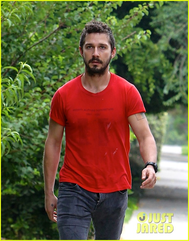 shia labeouf forgets to zip his fly 04