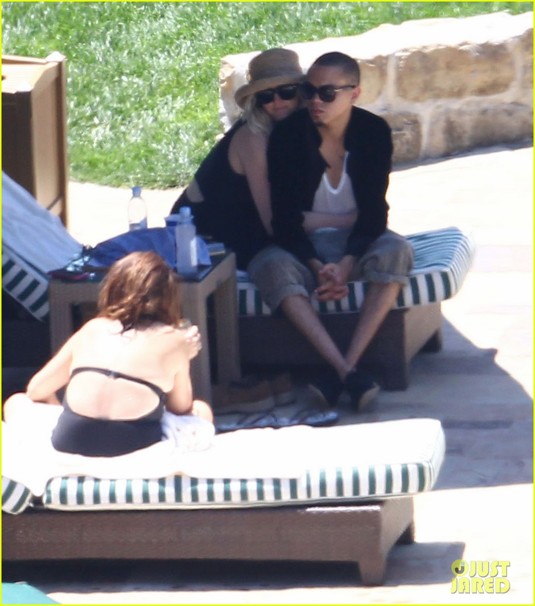 ashlee simpson evan ross cuddle at the pool 09