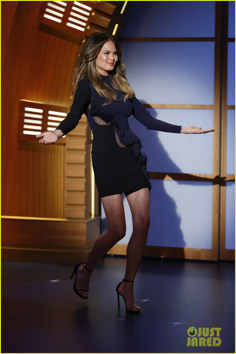 chrissy teigen on late night with seth meyers 01