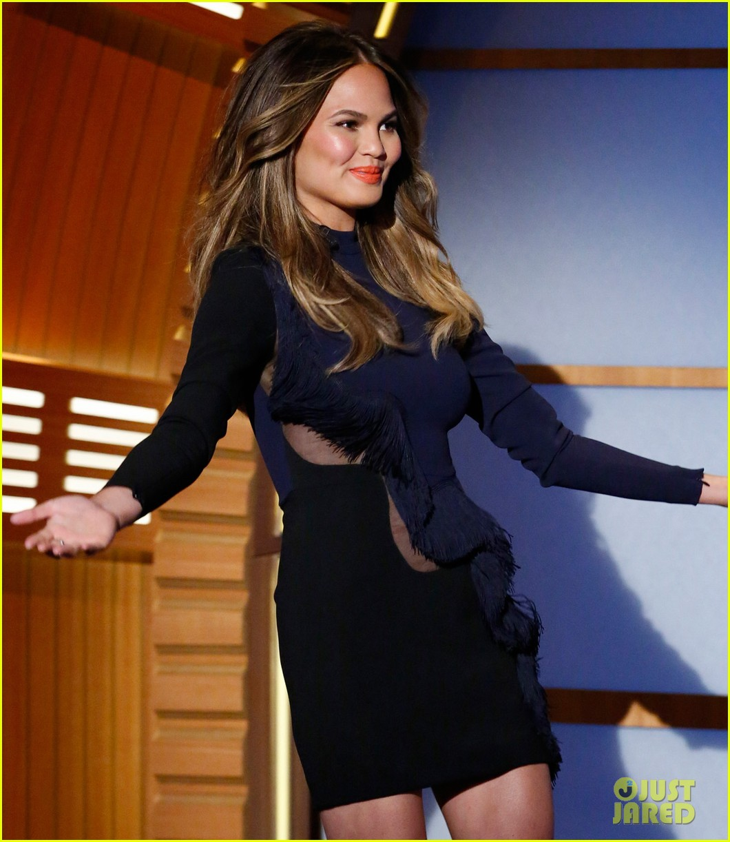 chrissy teigen on late night with seth meyers 03