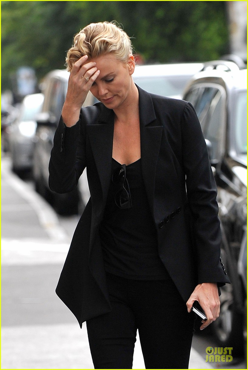 charlize theron classy stroll sans sean penn in paris 04