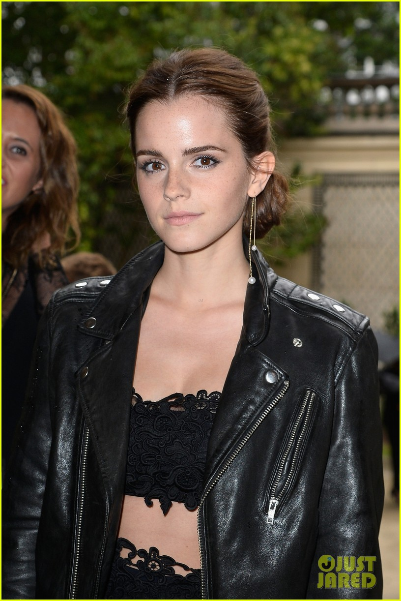 emma watson looks amazing in a crop top for valentino show 07