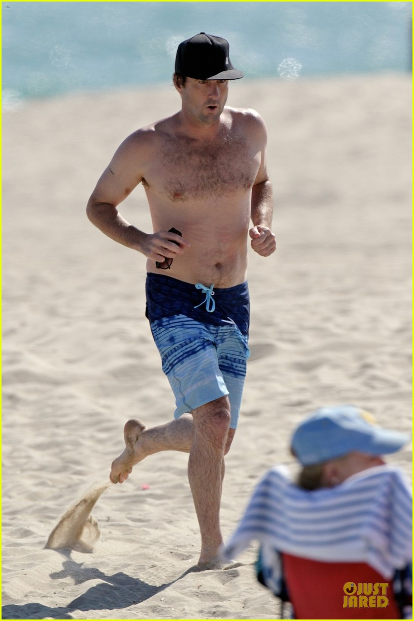 luke wilson heart racing with shirtless beach jog 033152856