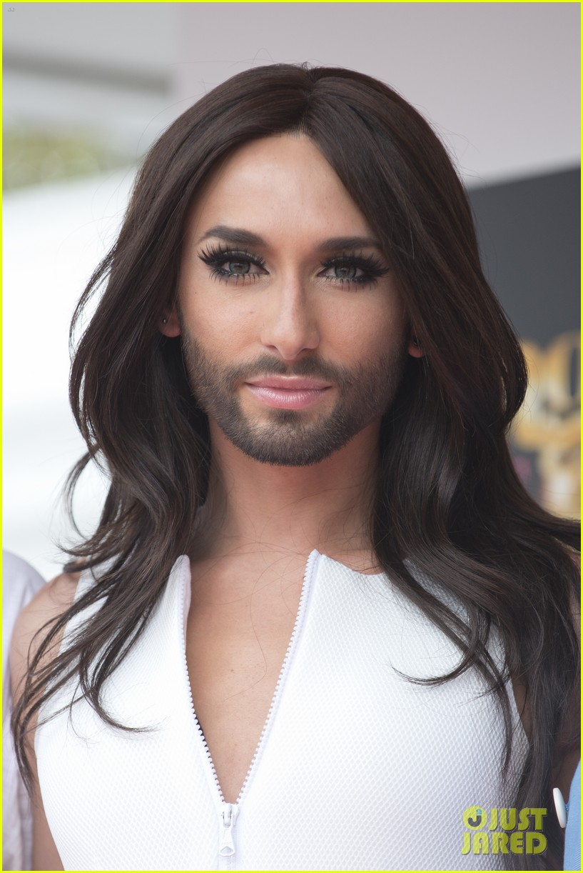 bearded drag queen conchita wurst receives pride award 023148901
