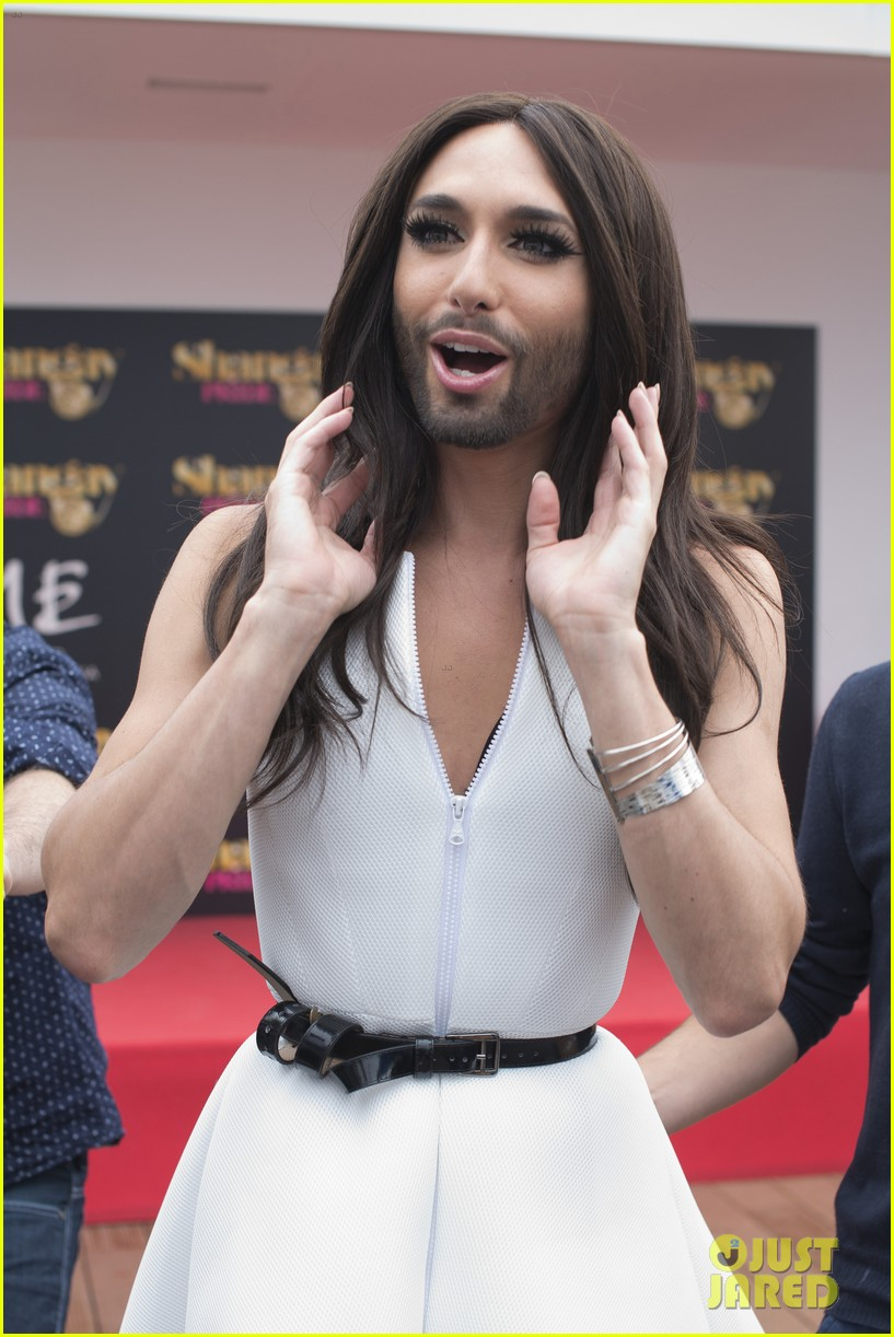 bearded drag queen conchita wurst receives pride award 033148902