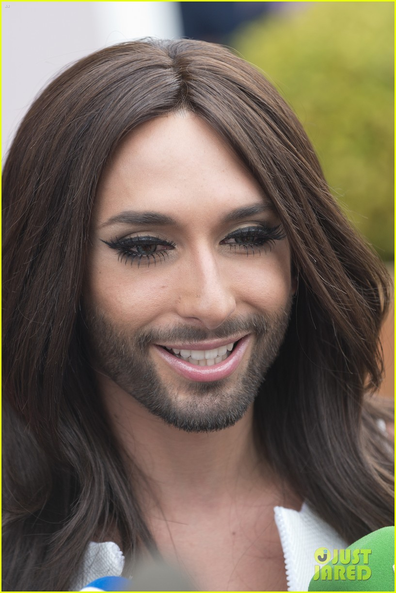 bearded drag queen conchita wurst receives pride award 04