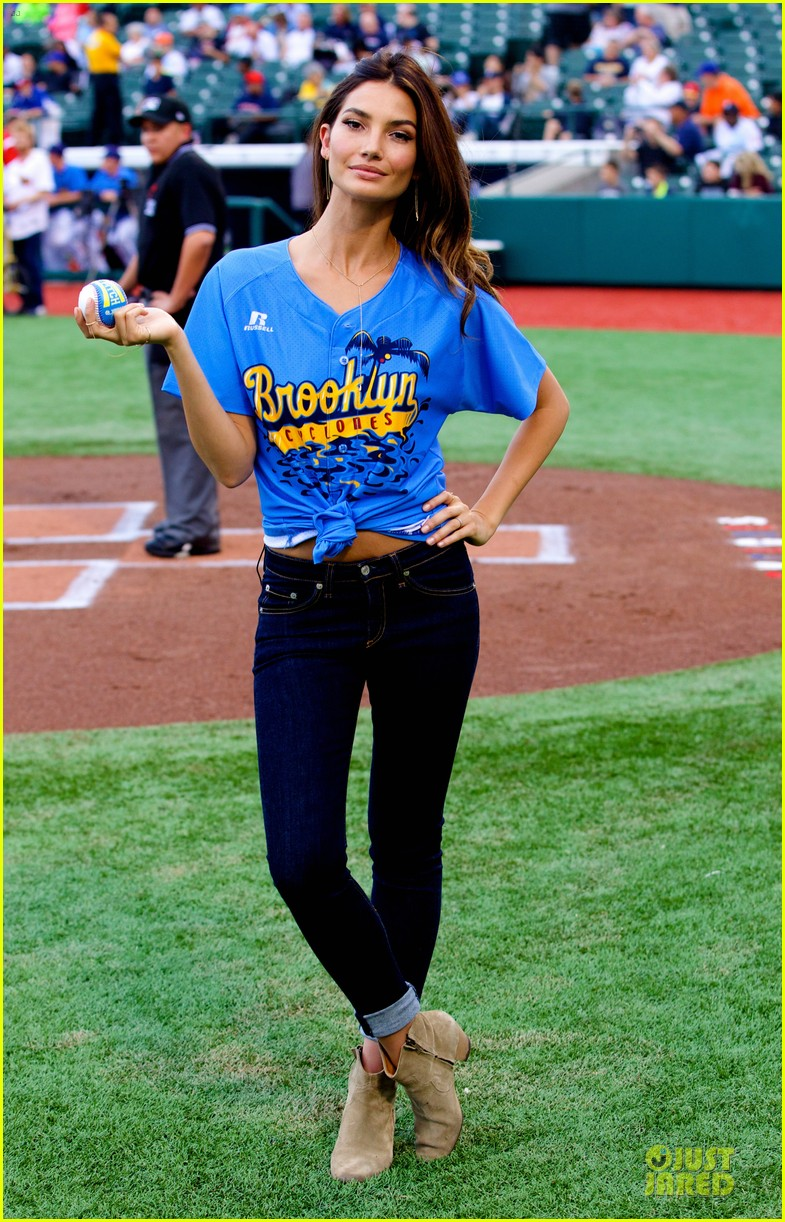 lily aldridge gigi hadid throw out first pitch at baseball game 32