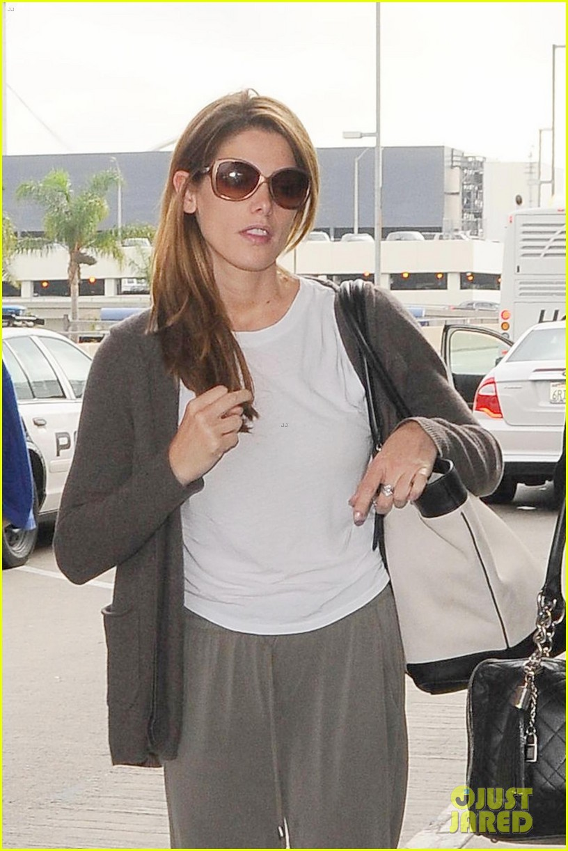 ashley greene returns to la reunion nikki reed 053183063