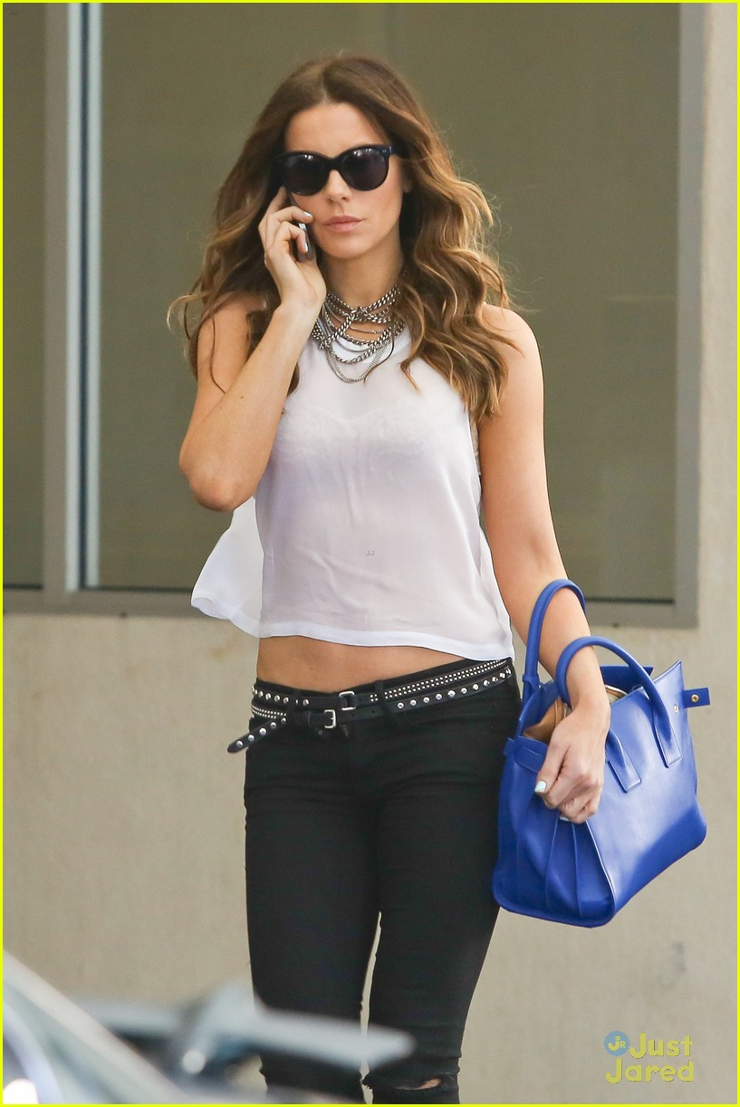 kate beckinsale bares midriff 023180661
