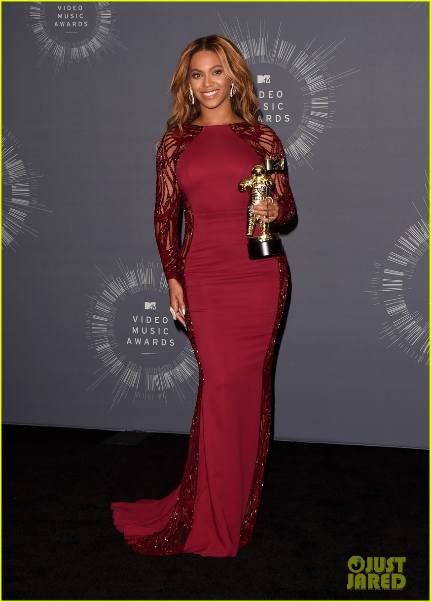 beyonce shows off four moonmen in vmas press room 013182655