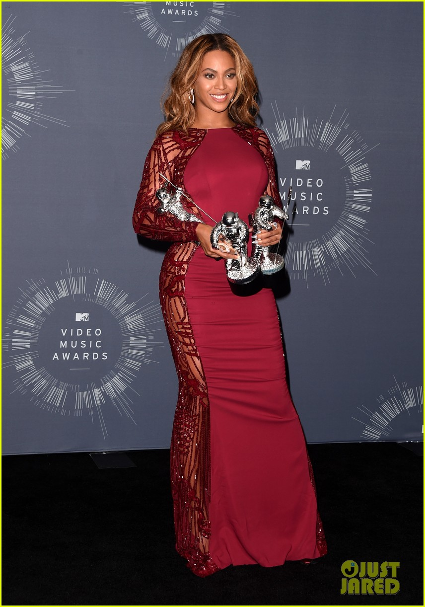 beyonce shows off four moonmen in vmas press room 09
