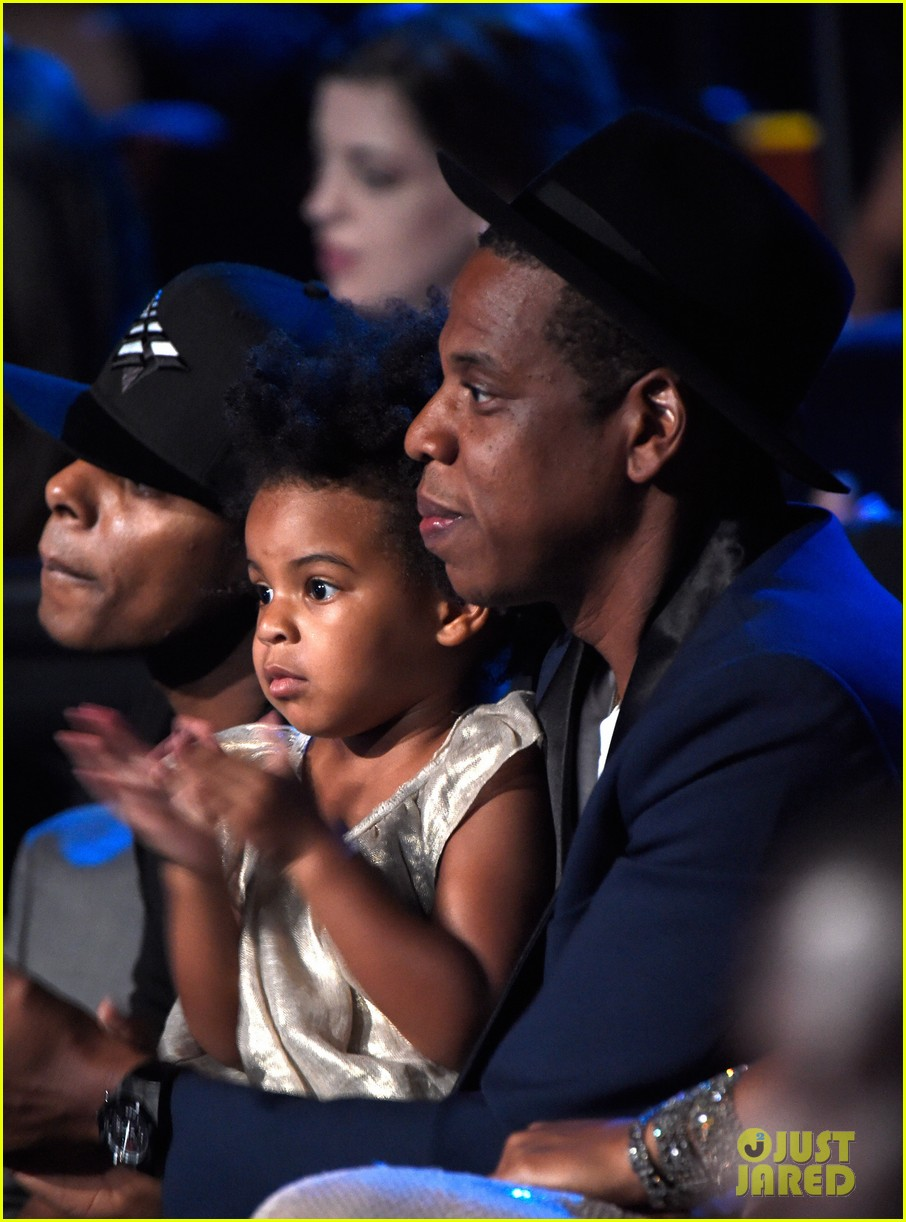 blue ivy presents mom beyonce with award at vmas 2014 01