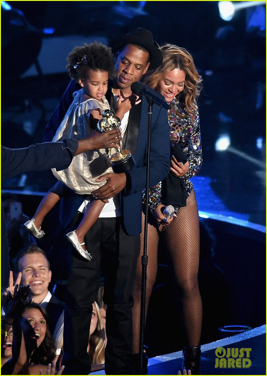 blue ivy presents mom beyonce with award at vmas 2014 05