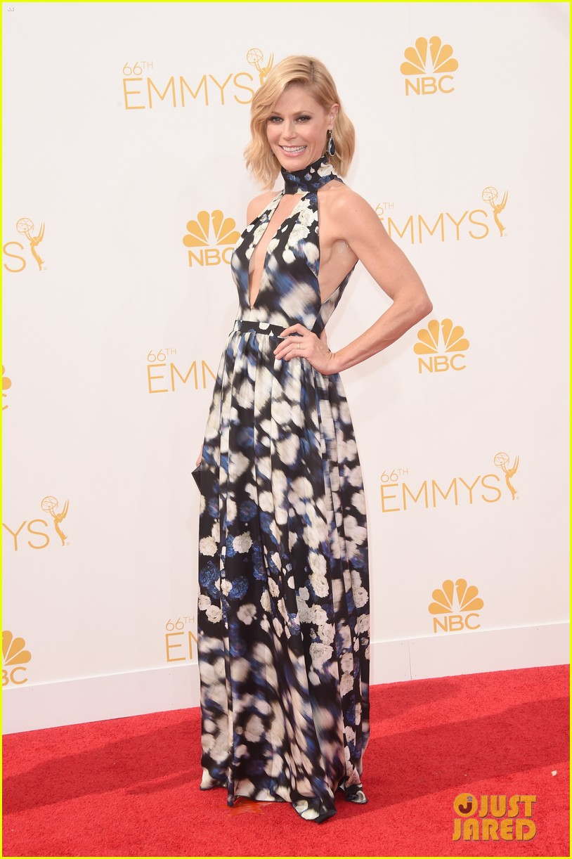 julie bowen sarah hyland emmy red carpet 023183446