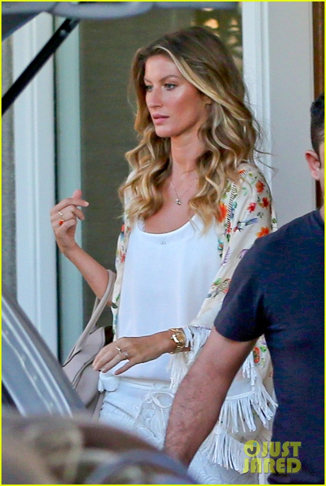gisele bundchen happy to mingle with fans 02