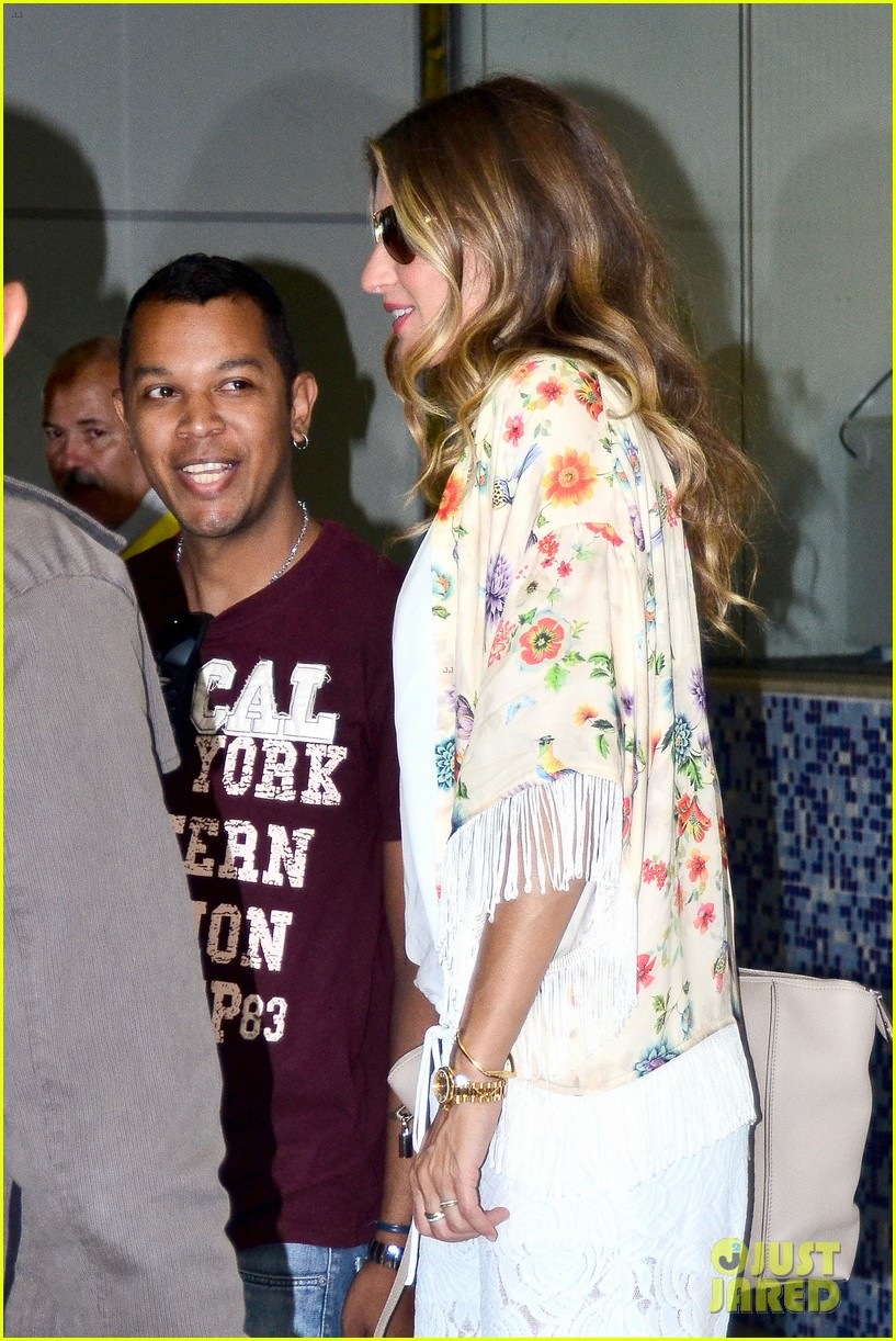 gisele bundchen happy to mingle with fans 083183917