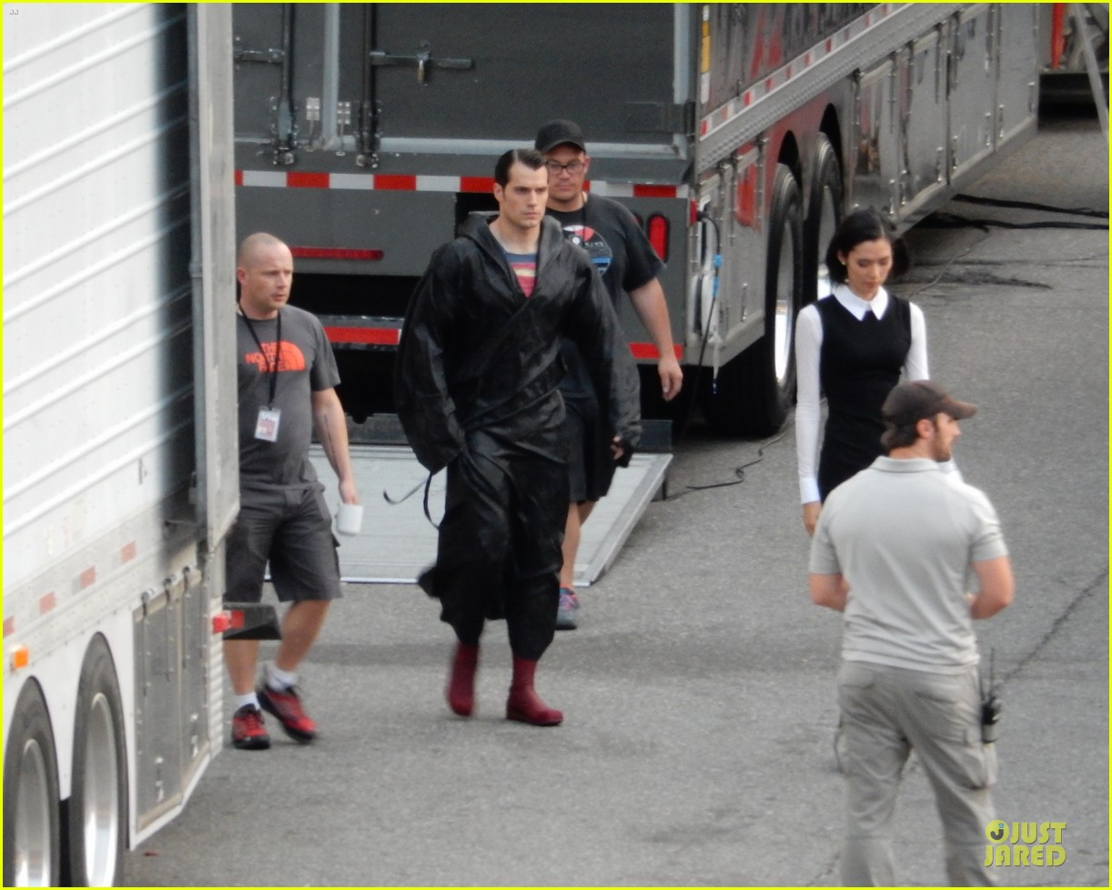 henry cavill hides superman costume 033178977