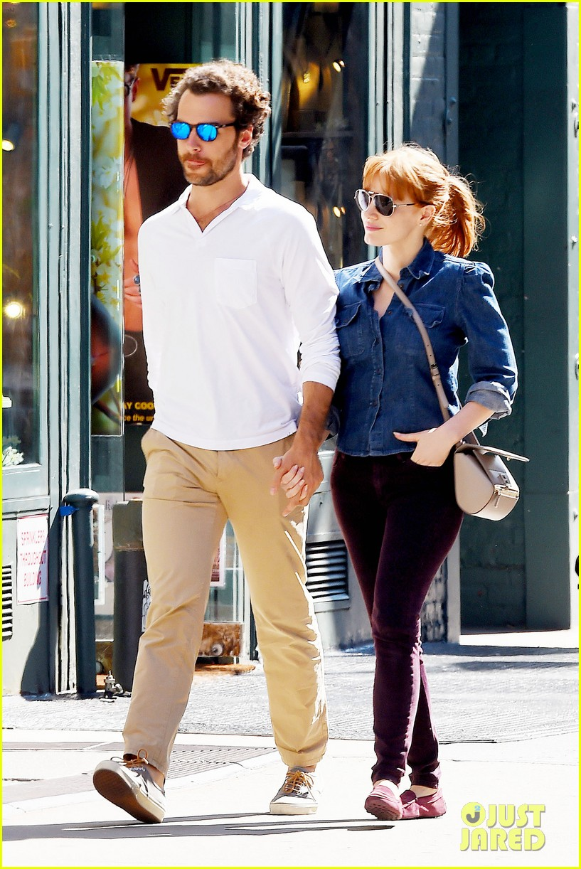 jessica chastain looks fascinated by boyfriend 09