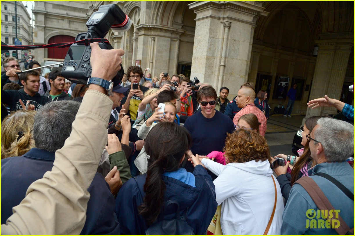 tom cruise swarmed fans vienna mission impossible 5 04