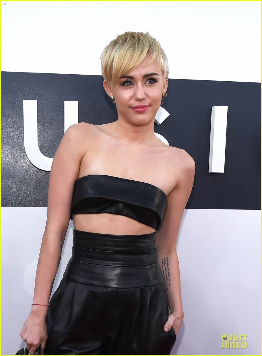 miley cyrus bares midriff at mtv vmas 2014 023182353