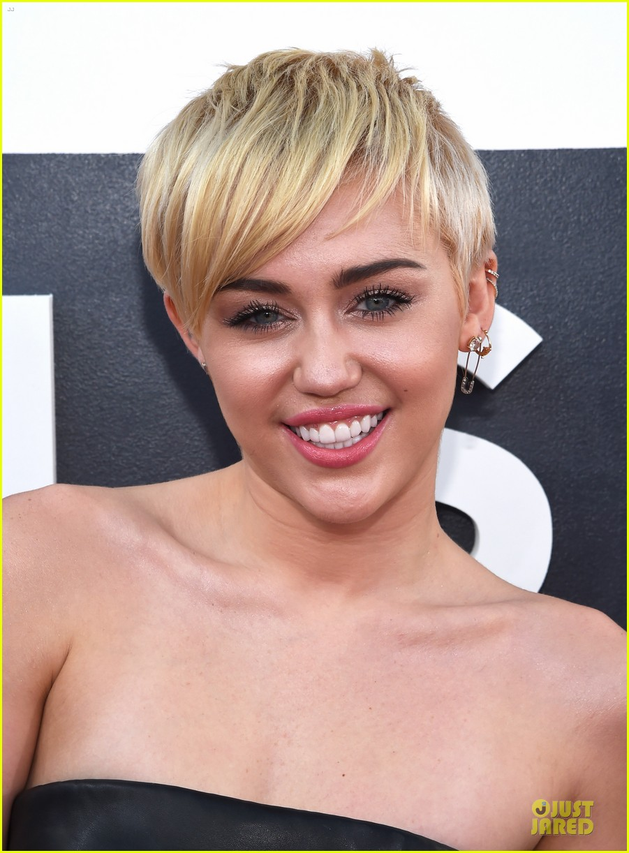 miley cyrus bares midriff at mtv vmas 2014 043182355