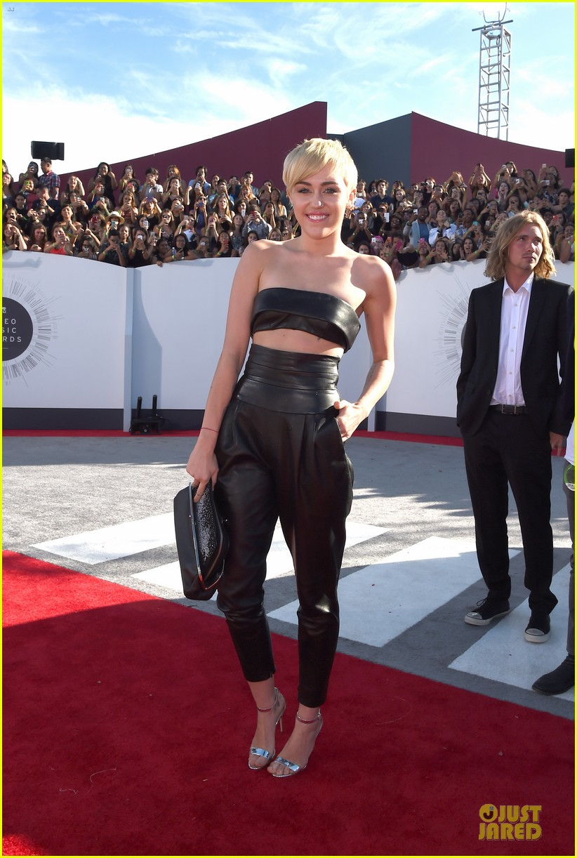 miley cyrus bares midriff at mtv vmas 2014 05