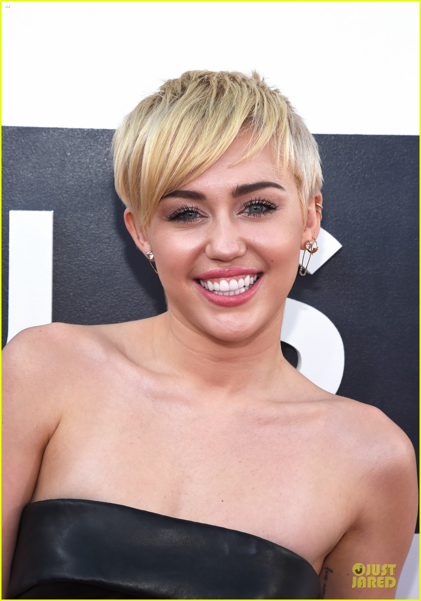 miley cyrus bares midriff at mtv vmas 2014 063182357