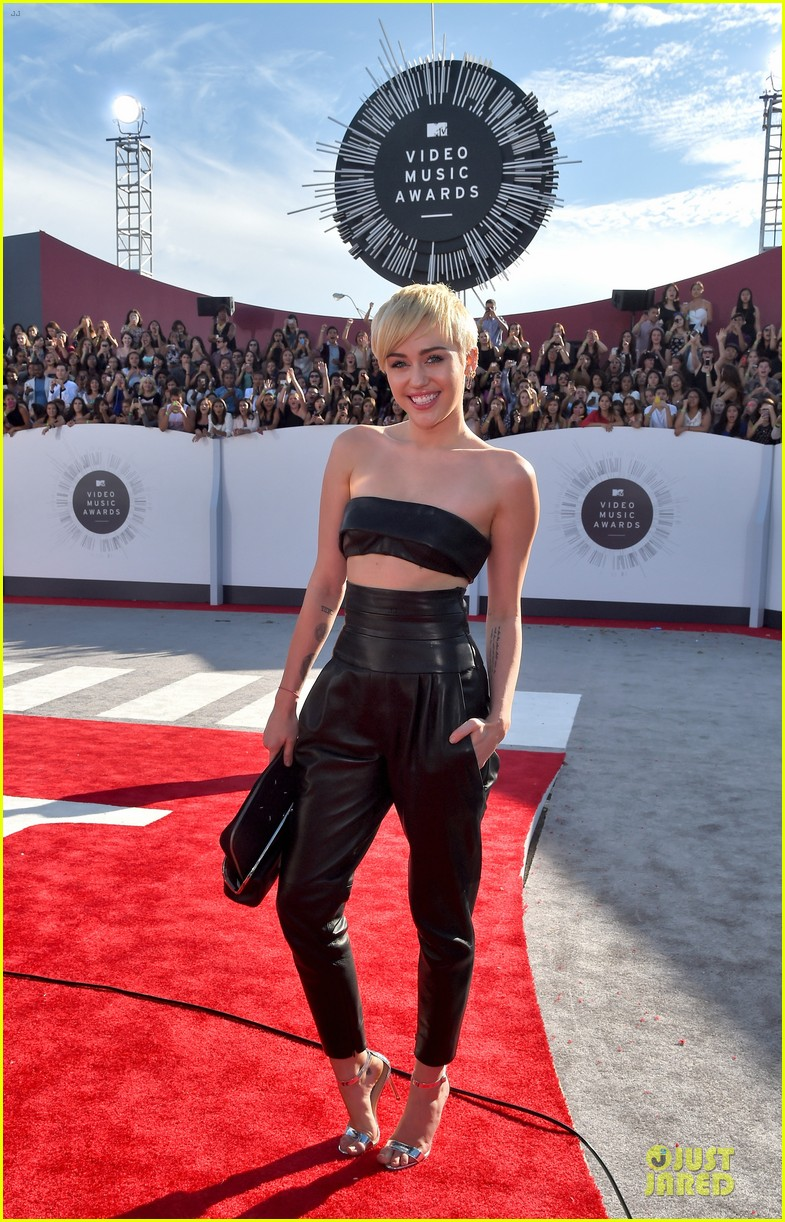 miley cyrus bares midriff at mtv vmas 2014 073182358