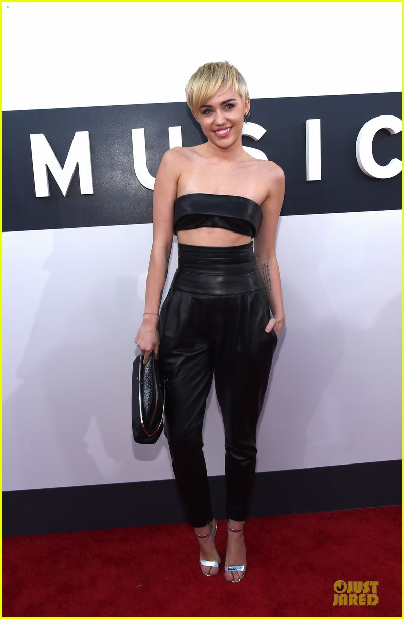 miley cyrus bares midriff at mtv vmas 2014 08