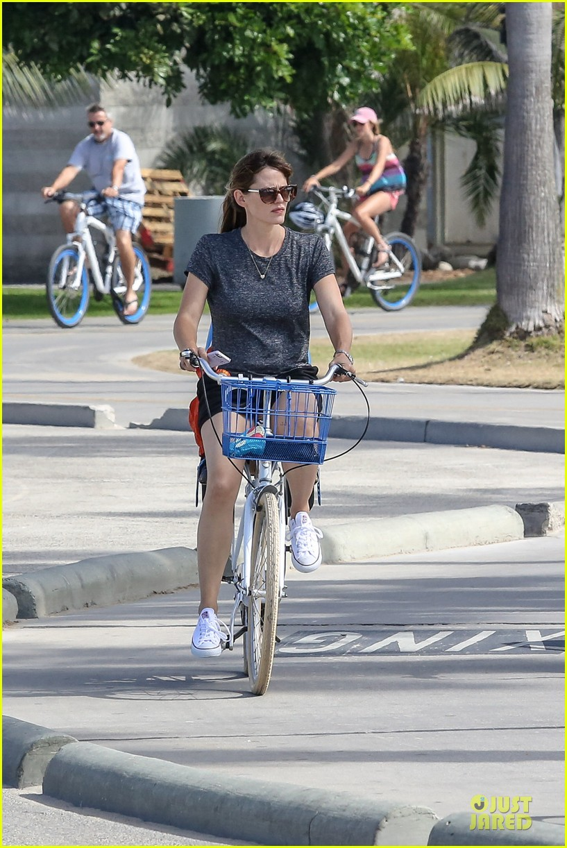 jennifer garner works legs during bike ride 063177302
