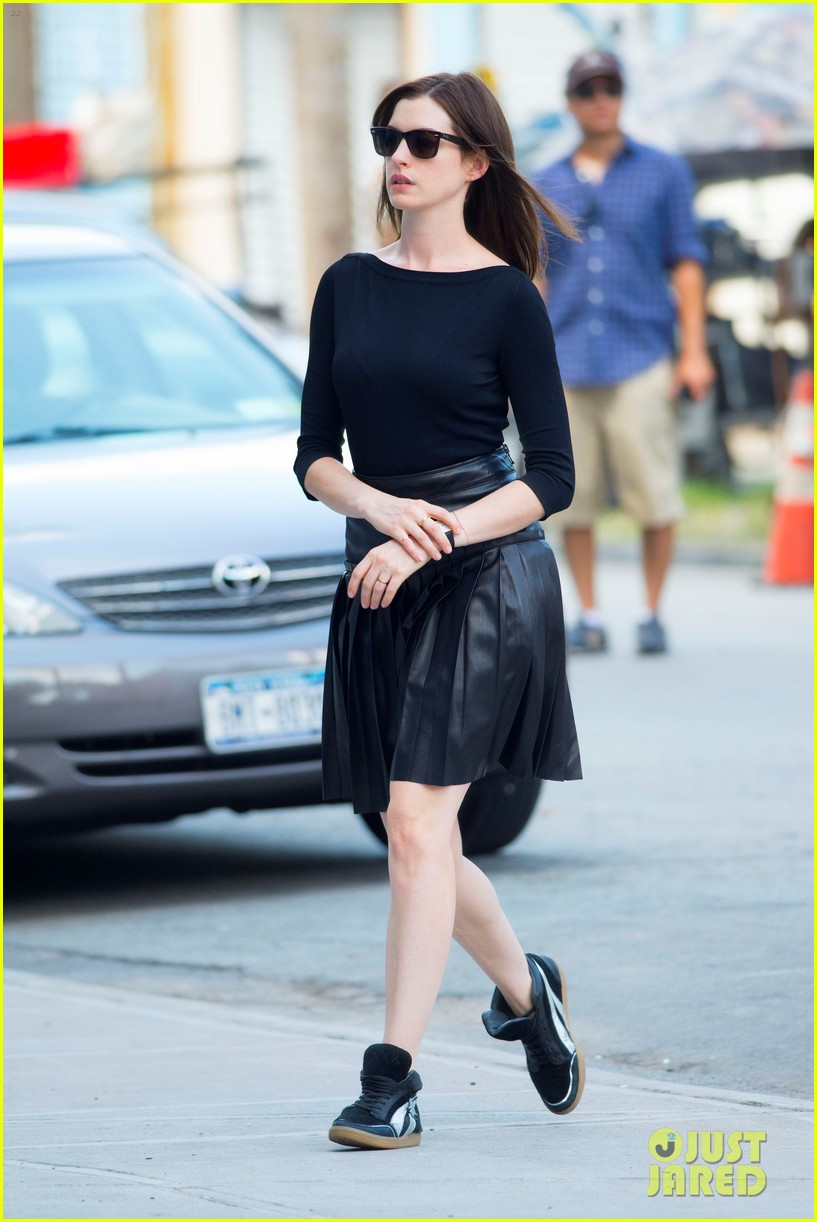 anne hathaway continues filmin the intern with robert de niro 01