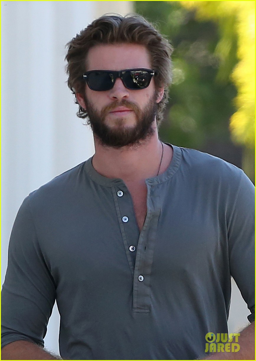 liam hemsworth furniture shopping scruffy beard 093185611