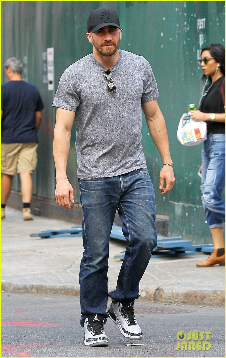jake gyllenhaals abs are visible through his shirt 07