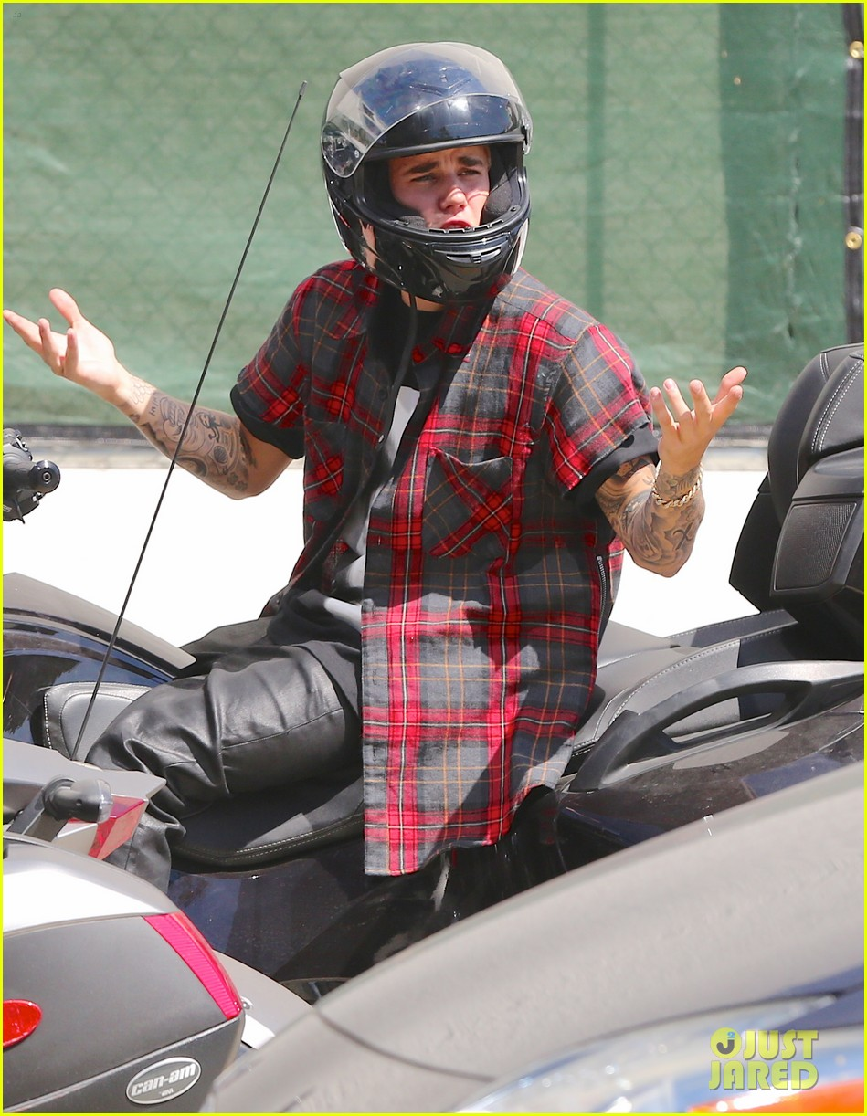 justin bieber ditches facial hair rides spyder 12