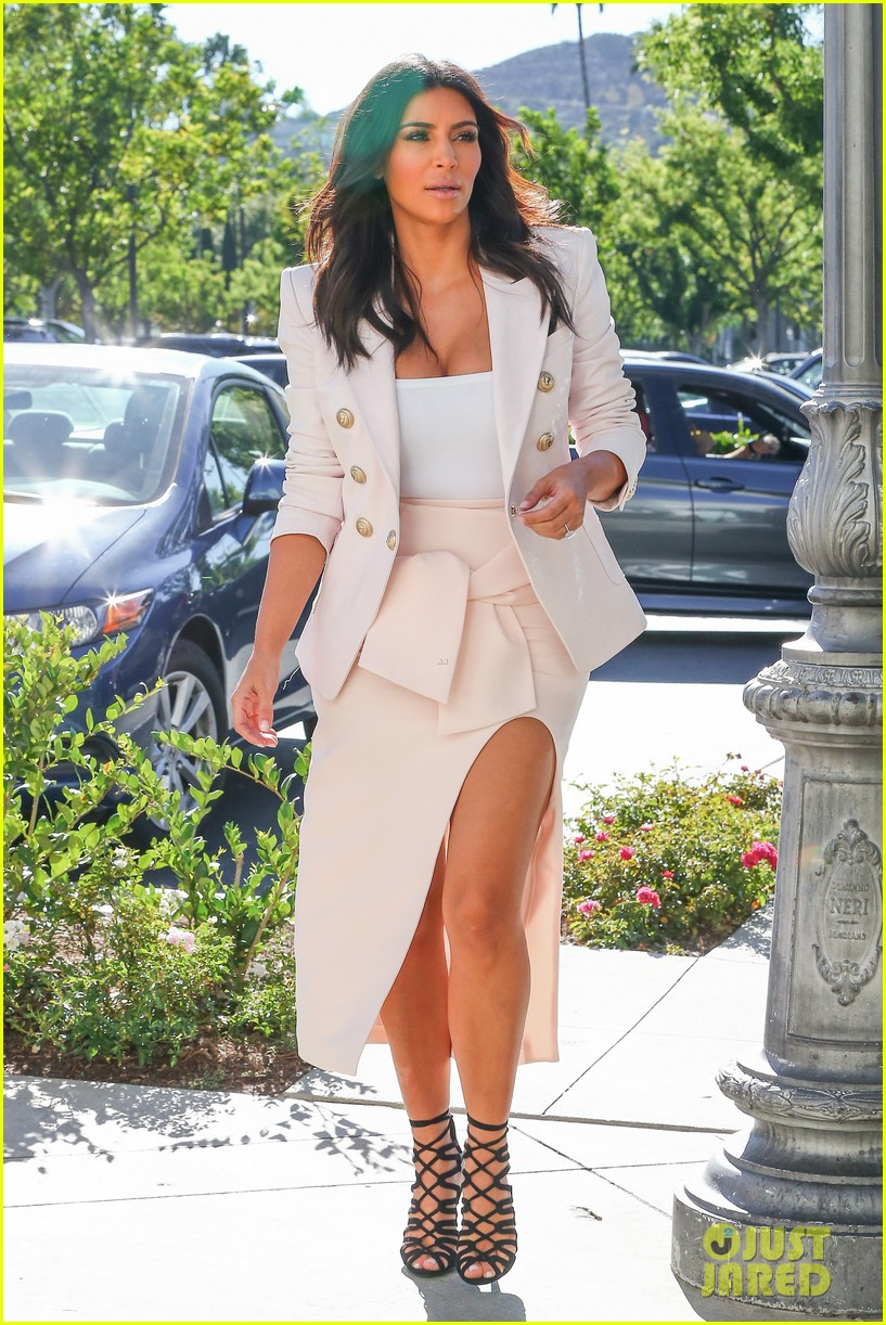 kim kardashian satisfies her sweet tooth with some fro yo 033185754
