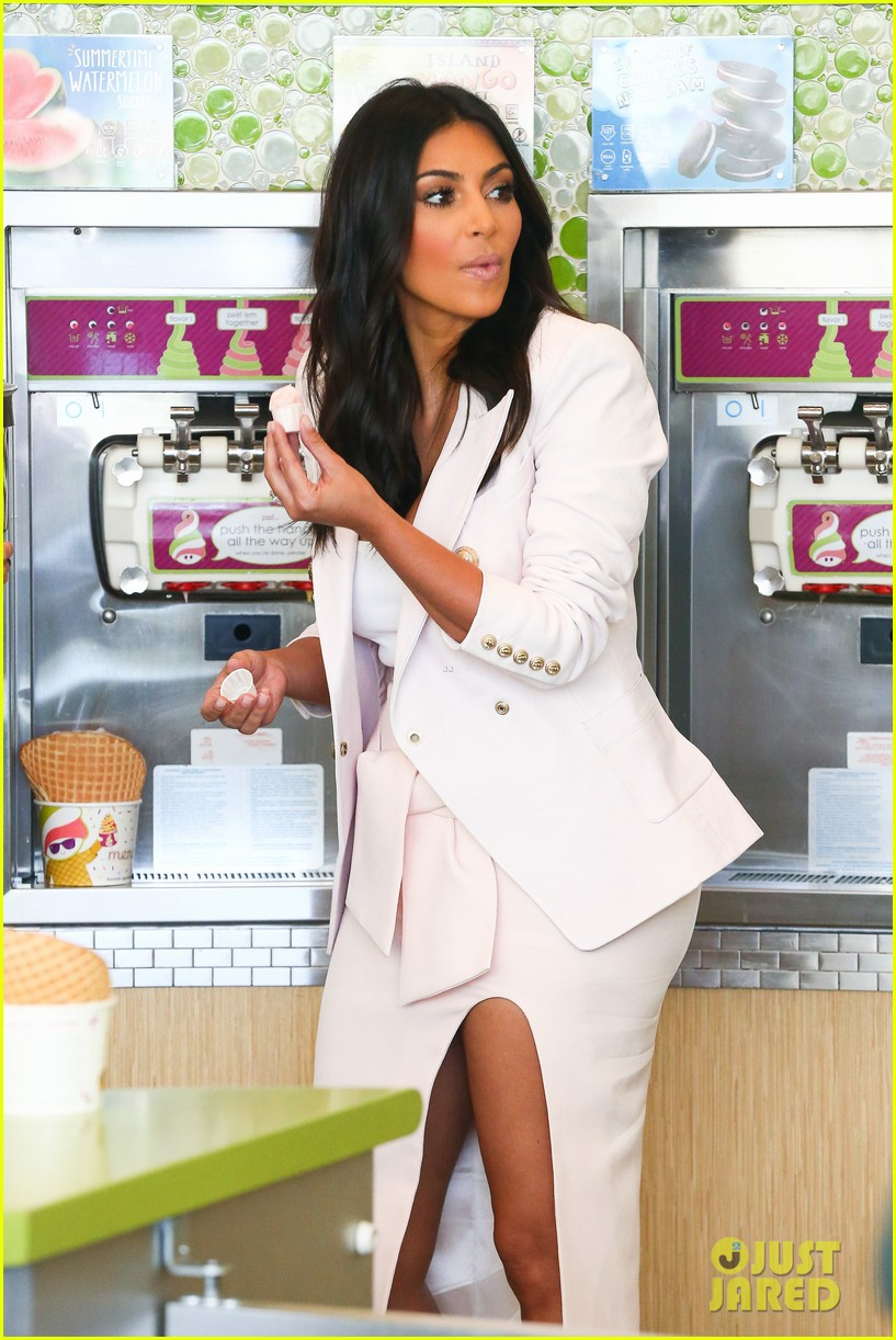 kim kardashian satisfies her sweet tooth with some fro yo 08