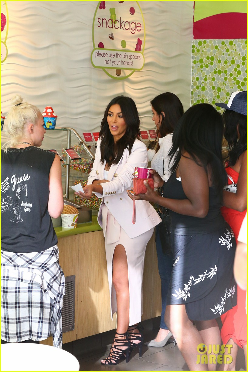 kim kardashian satisfies her sweet tooth with some fro yo 11