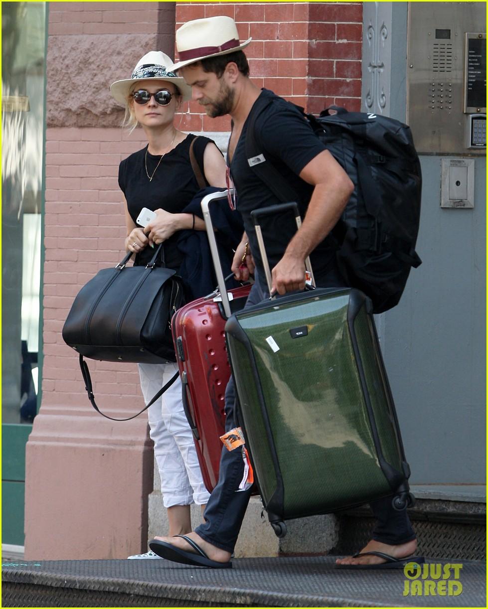 diane kruger joshua jackson carry suitcase 023179829