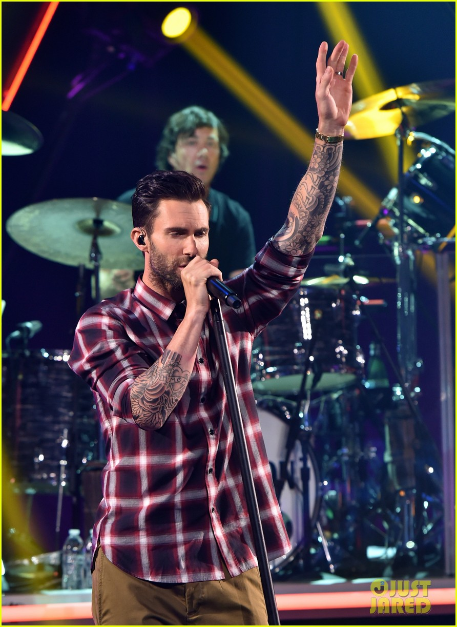 adam levine celebrates maroon 5 new album v 02