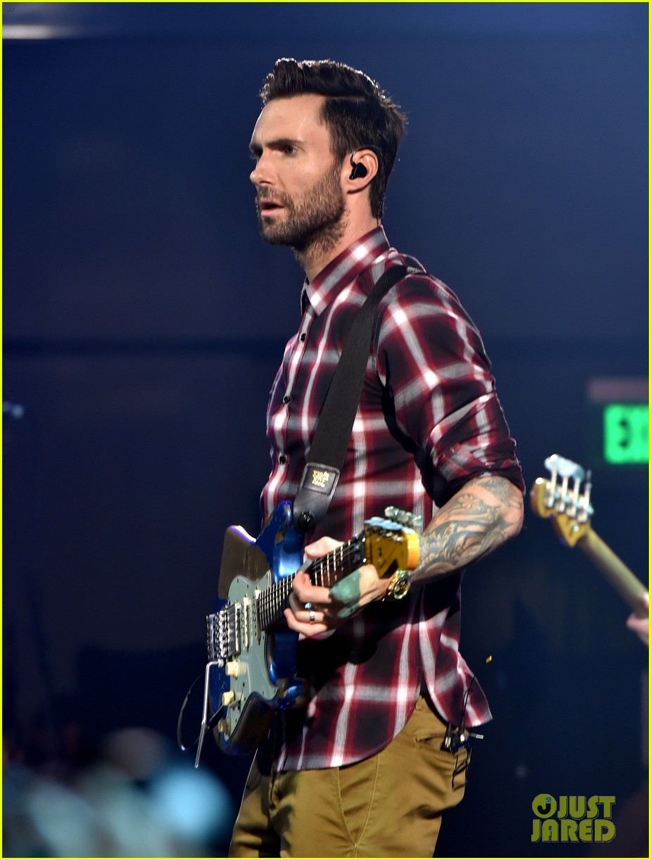adam levine celebrates maroon 5 new album v 063184534