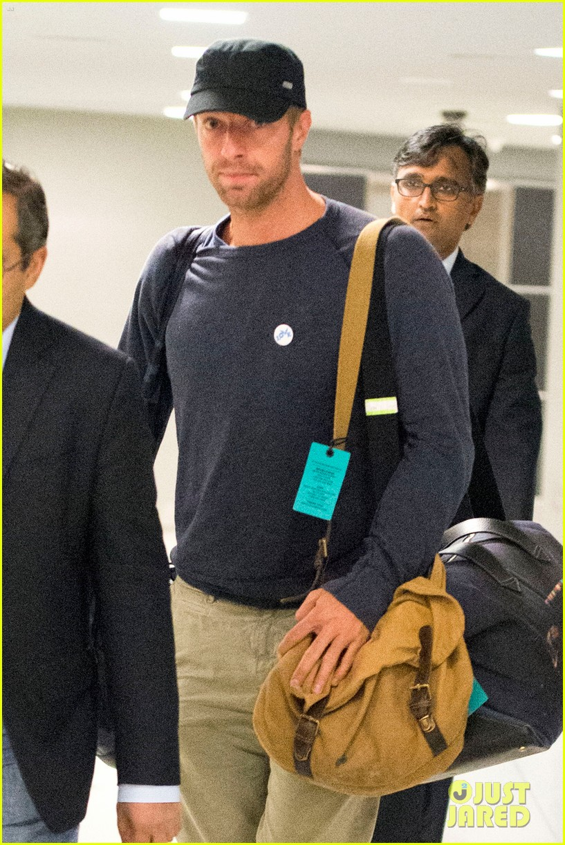 chris martin lands in nyc after vineyard date with jennifer lawrence 04