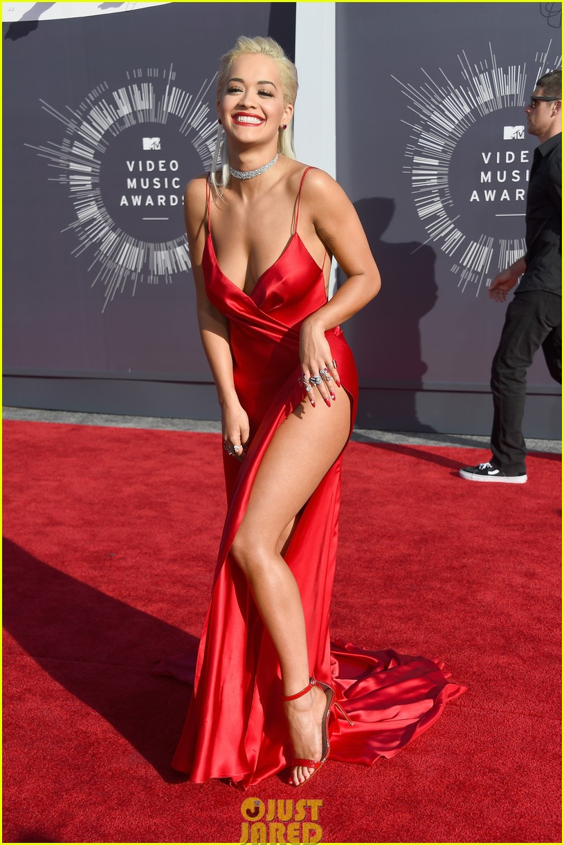 rita ora chris brown mtv vmas long legs red carpet 073182451