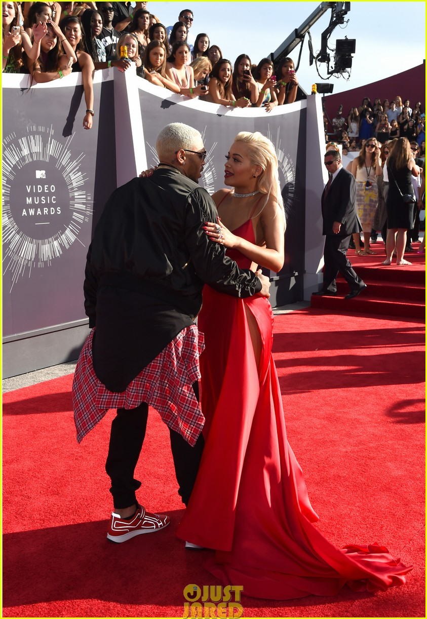 rita ora chris brown mtv vmas long legs red carpet 083182452
