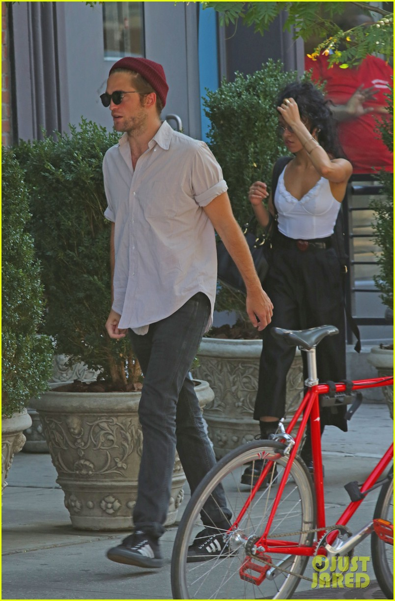 robert pattinson hands with tom sturridge friends 053184897