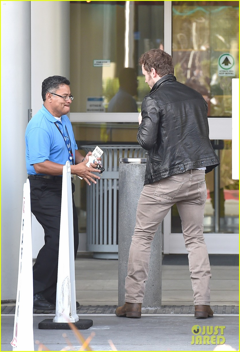 hunky chris pratt looks super fine in leather jacket 133179728