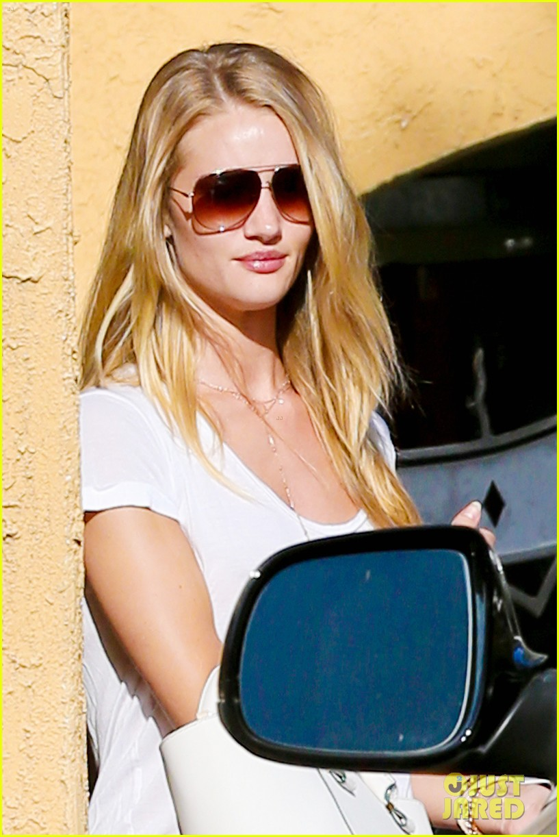 rosie huntington whiteley takes care of business in la 02