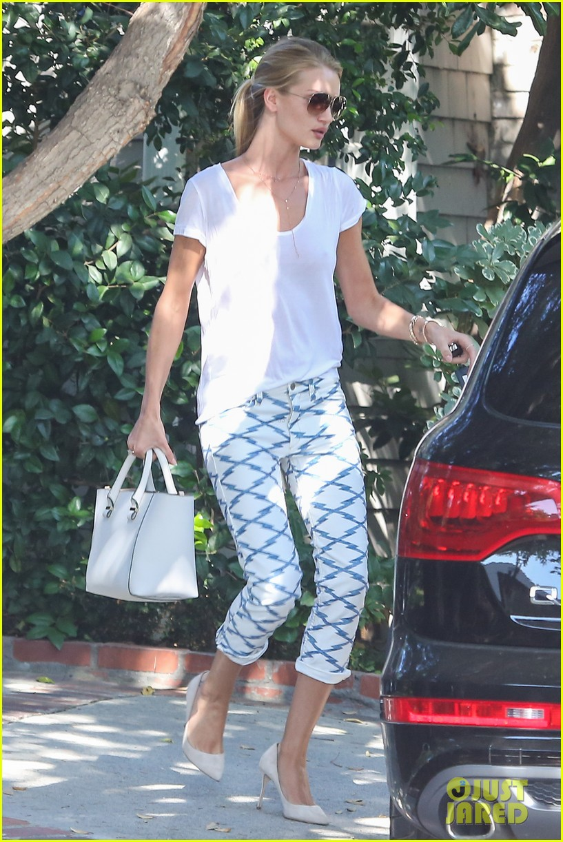 rosie huntington whiteley takes care of business in la 033179613