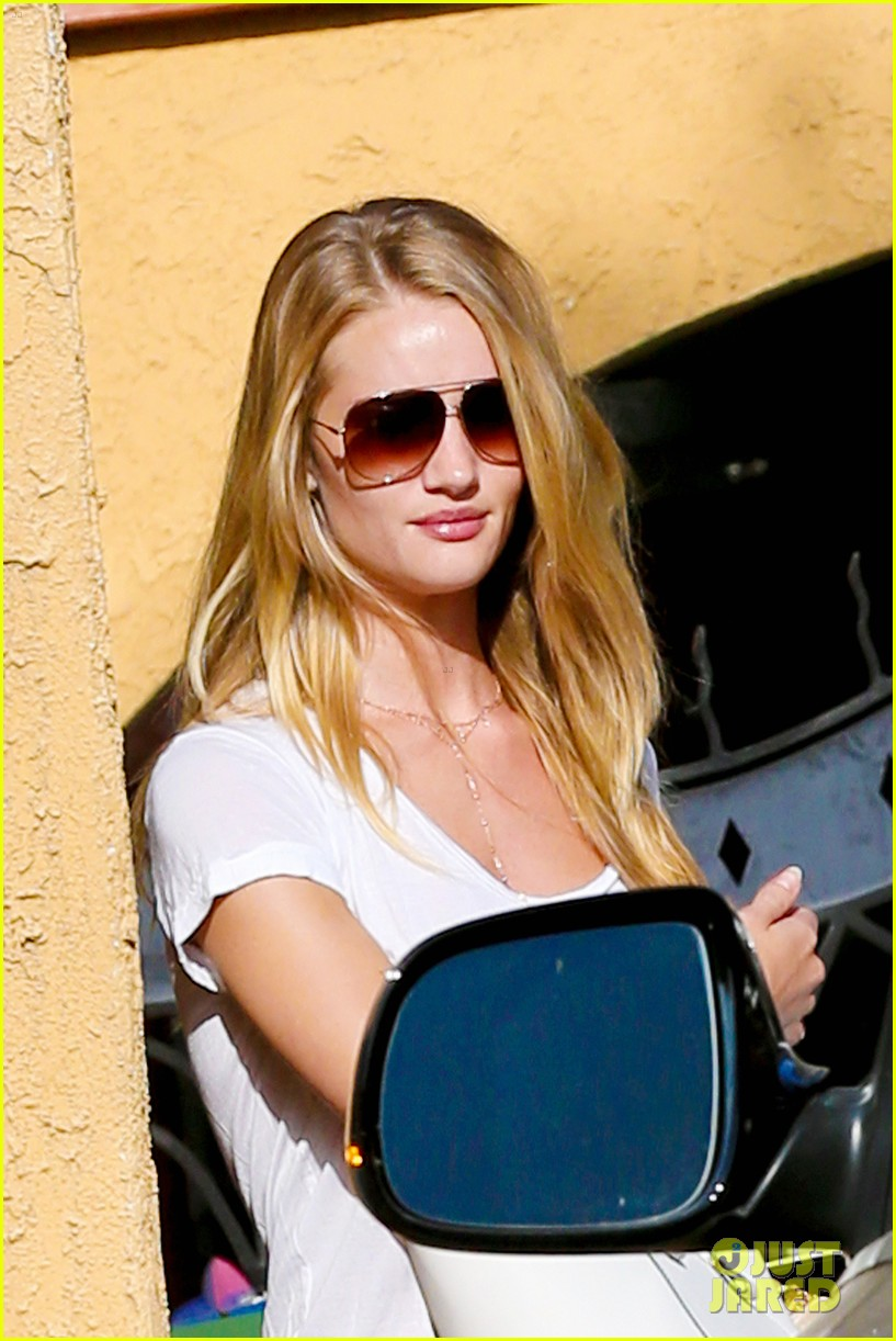 rosie huntington whiteley takes care of business in la 043179614