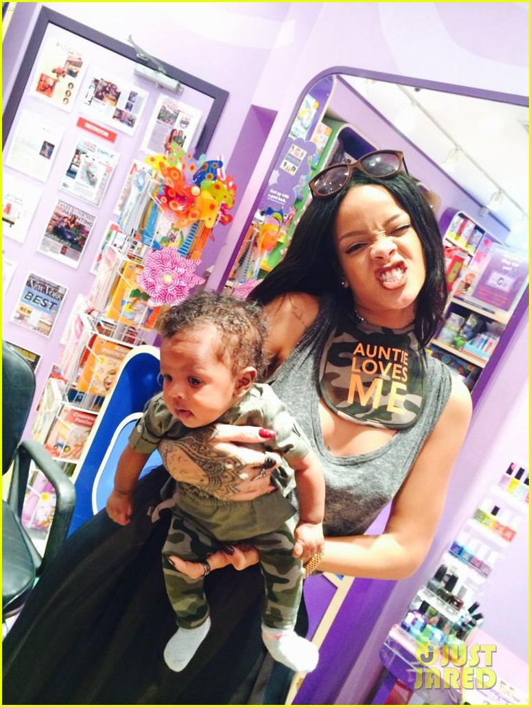 rihanna teaches her baby niece how to make selfie faces 03